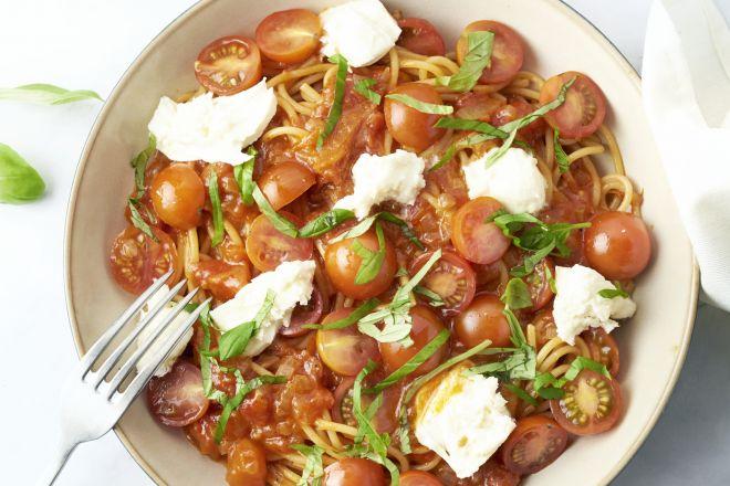 Eénpotspasta pomodori met mozzarella