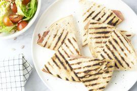 Foto van Piadina met ham en kaas en een slaatje