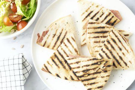 Piadina met ham en kaas en een slaatje