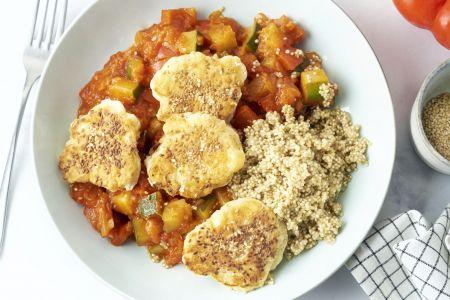 Quinoa met tomaten-groentensaus en fetakoekjes