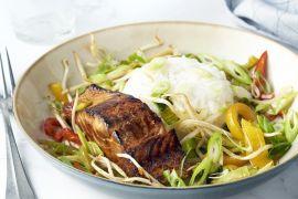 Foto van Gelakte zalm met wokgroenten en rijst