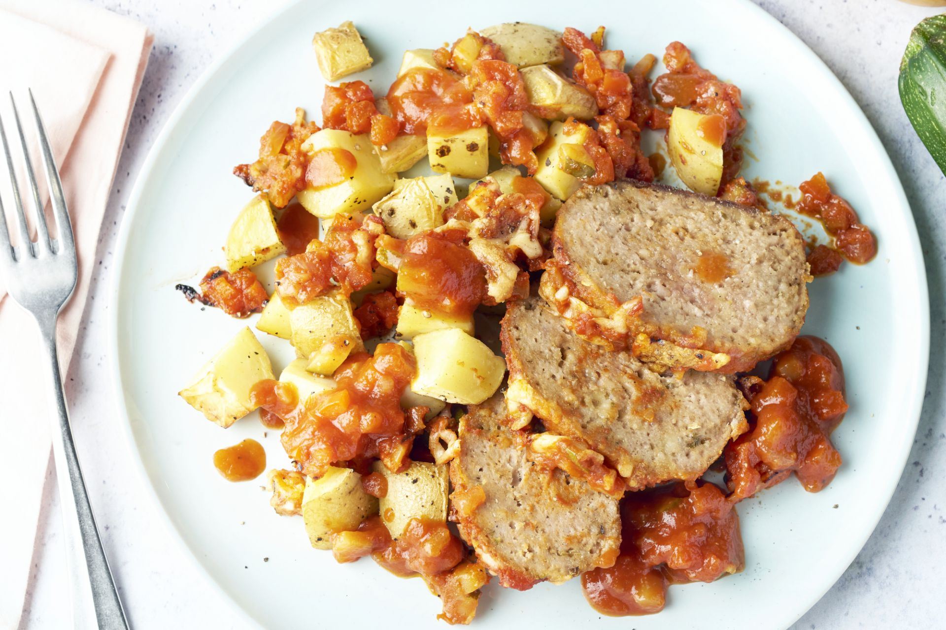 Gehaktbrood in tomaten-groentensaus met geroosterde aardappelen