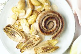 Foto van Chipolata met witloof, tijm-mosterdsaus en geroosterde krieltjes