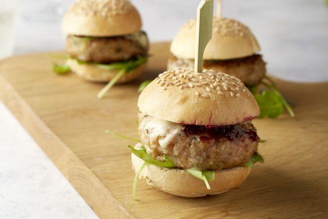 Miniburgers met kalkoen, roquefort en veenbessenconfituur