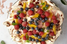 Foto van Frambozen pavlova met orange curd en fruit