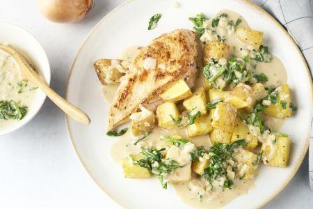 Kip met spinazieroomsaus en geroosterde aardappelen