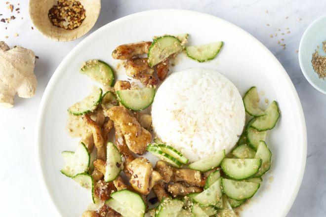 Honing-knoflookkip met rijst en gemarineerde komkommer