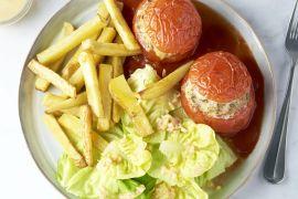 Foto van Gevulde tomaten met ovenfrietjes en salade