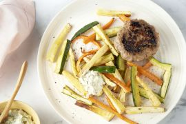 Foto van Rundsburger met groentefrietjes en tartaar