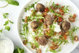 Foto van Kefta met tomatensalade, rijst en rucola