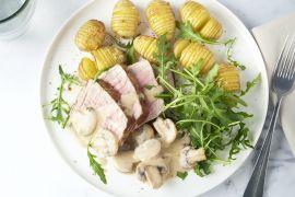Foto van Rosbief met hasselback aardappelen en champignonroomsaus