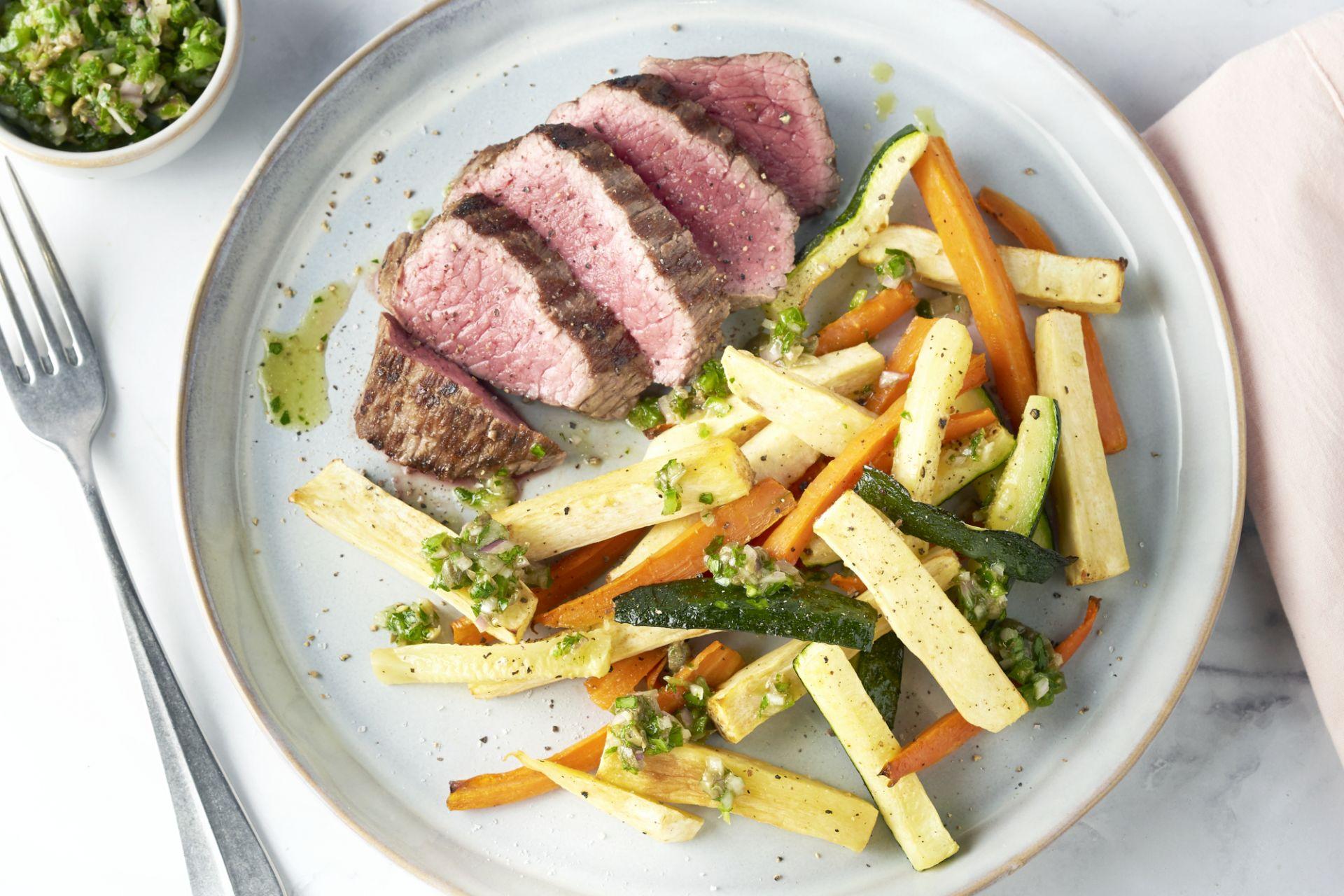 Gegrilde steak met groentefrietjes en salsa verde