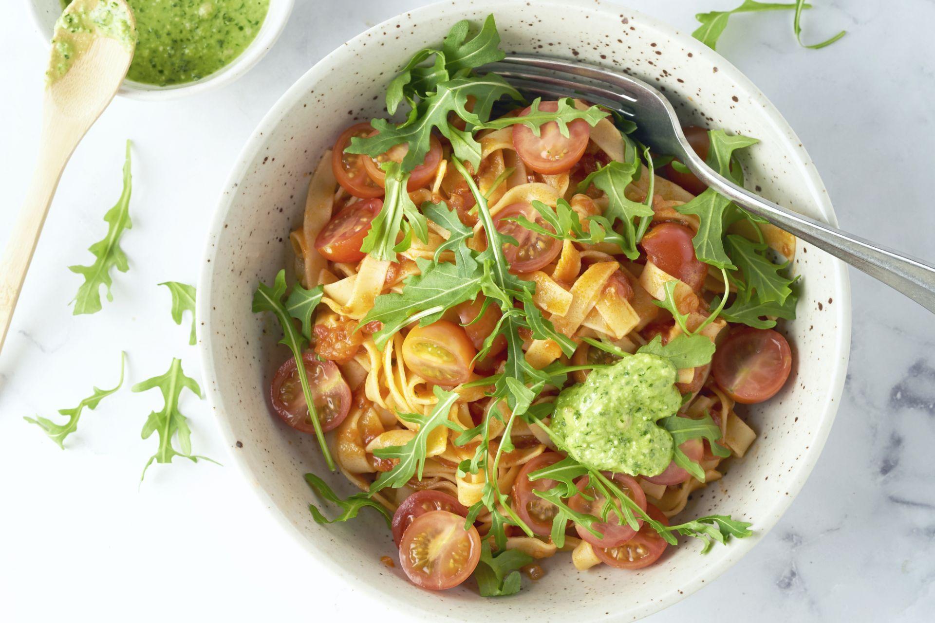 Tagliatelle met tomatensaus, kerstomaten en rucolapesto