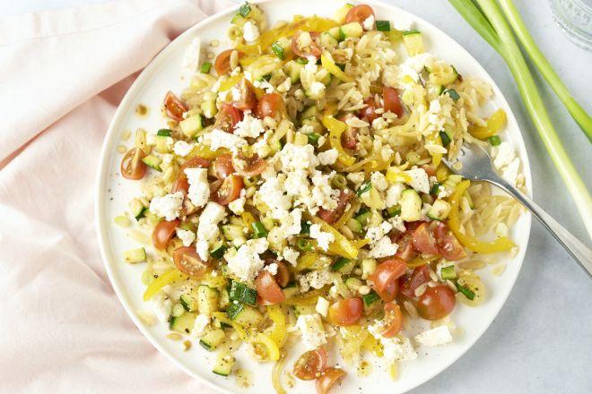 Snelle warme Griekse salade met orzo