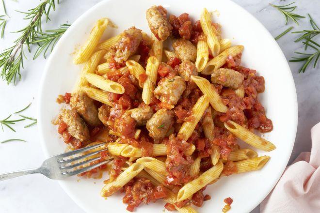Penne met worstjes en rozemarijn in tomatensaus