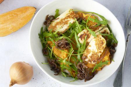 Zoete aardappelpuree met halloumi en balsamico-uitjes