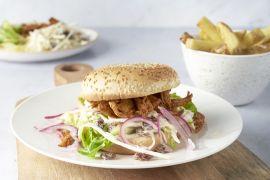 Foto van Pulled chicken burgers met coleslaw en ovenfrietjes