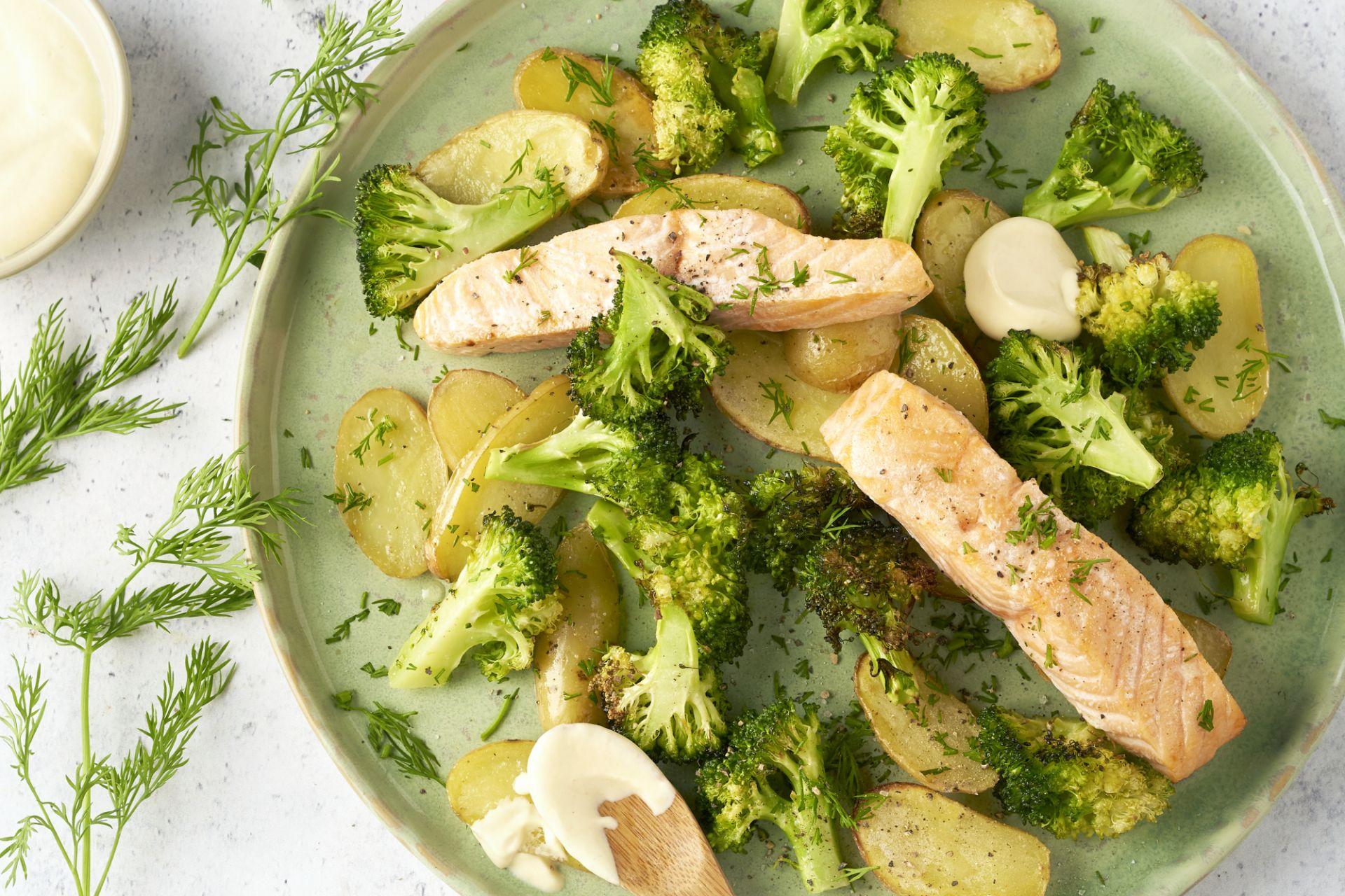 Zalm, krieltjes en broccoli op één bakplaat met mosterddressing