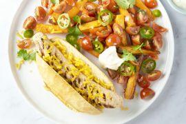 Foto van Mexicaanse hotdog met kippenworst en zoete aardappelfrietjes