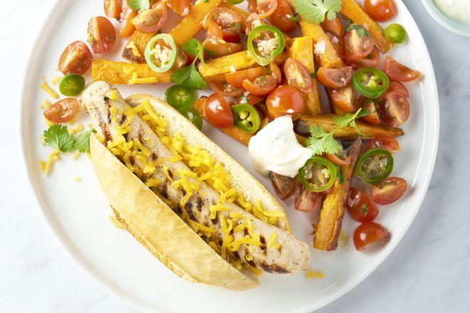 Mexicaanse hotdog met kippenworst en zoete aardappelfrietjes