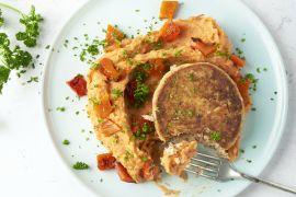 Foto van Gegrilde paprikapuree met tonijnburgers