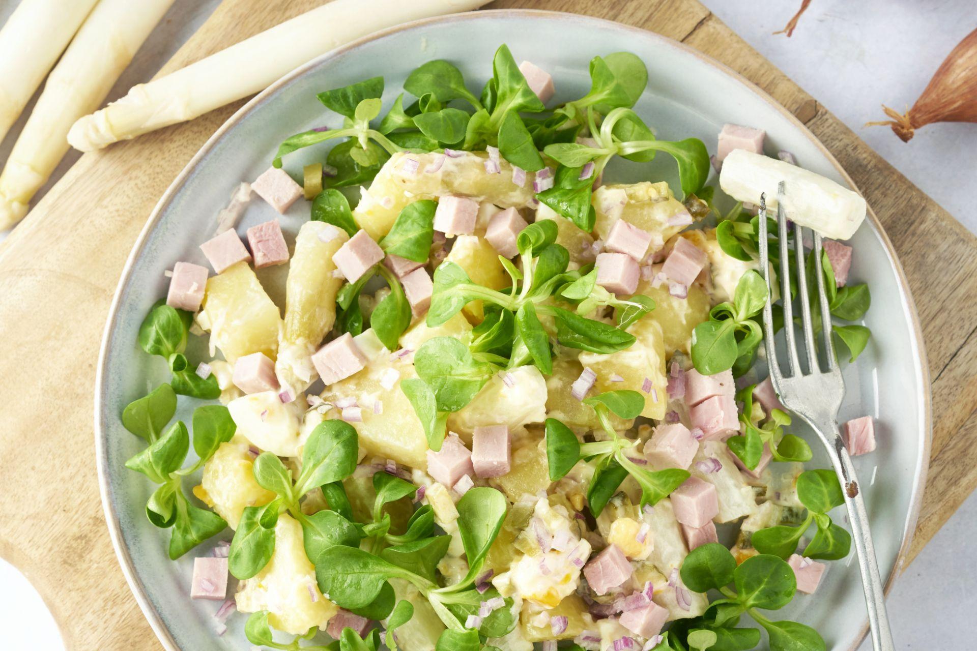 Aardappelsalade met witte asperges en hamblokjes
