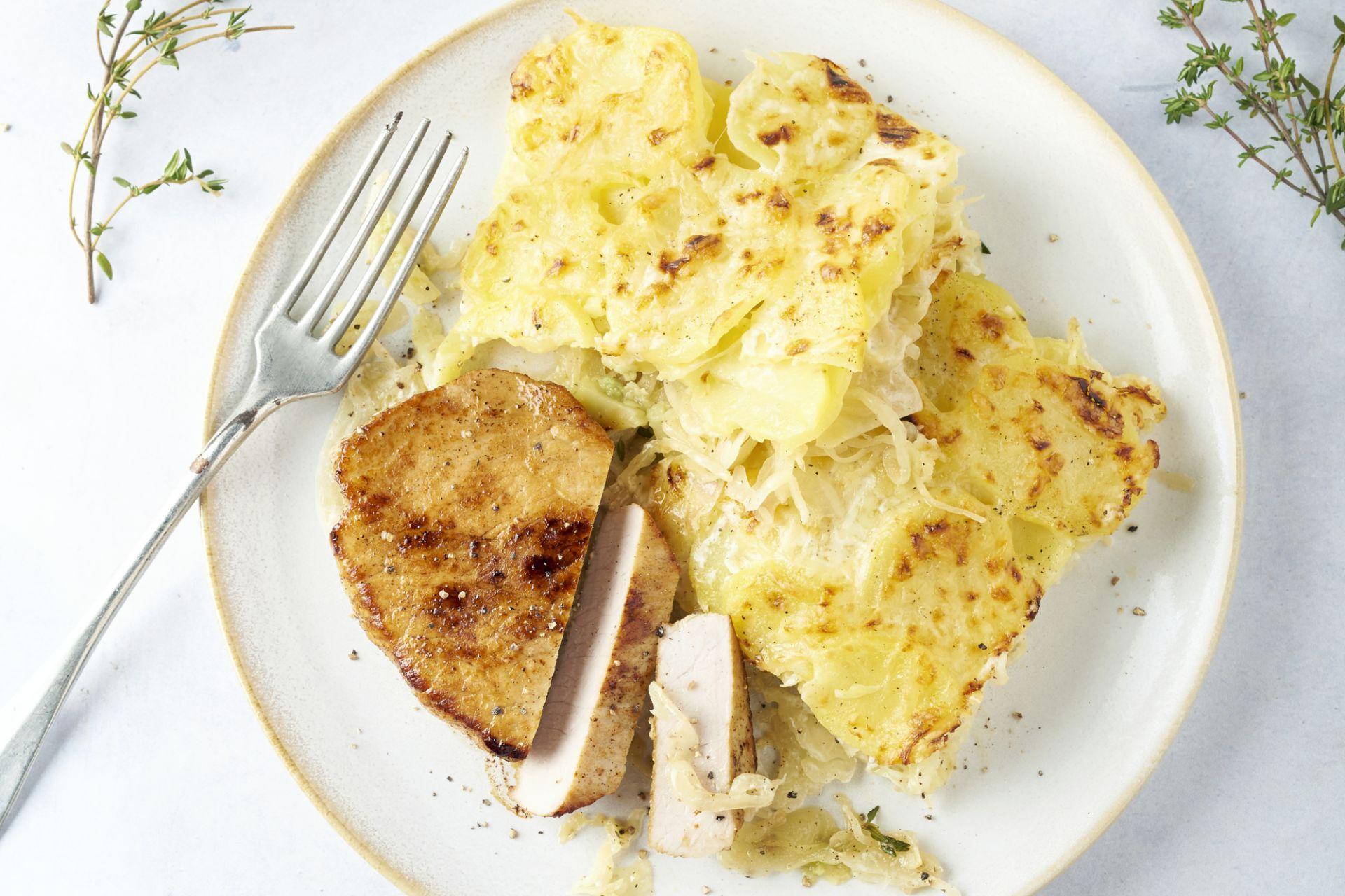 Varkenslapje met wittekool-aardappelgratin