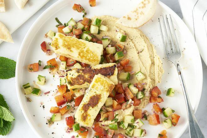 Hummus met grillkaas en frisse salade
