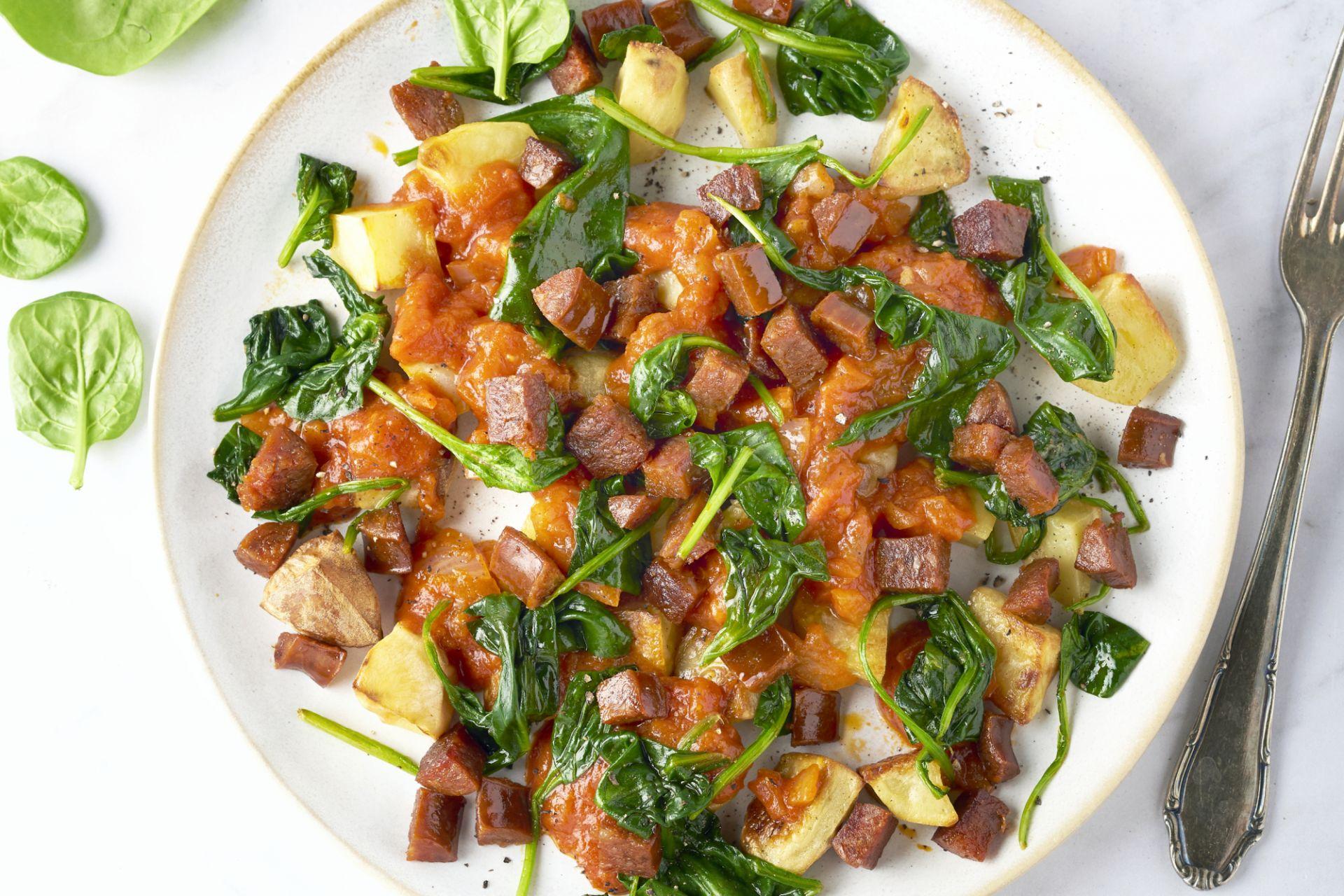 Patatas bravas met chorizo en spinazie