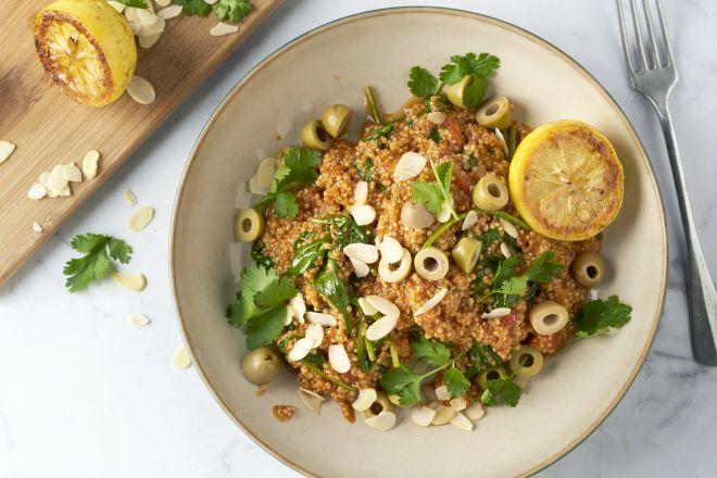 One pot quinoa met olijven en gekaramelliseerde citroen