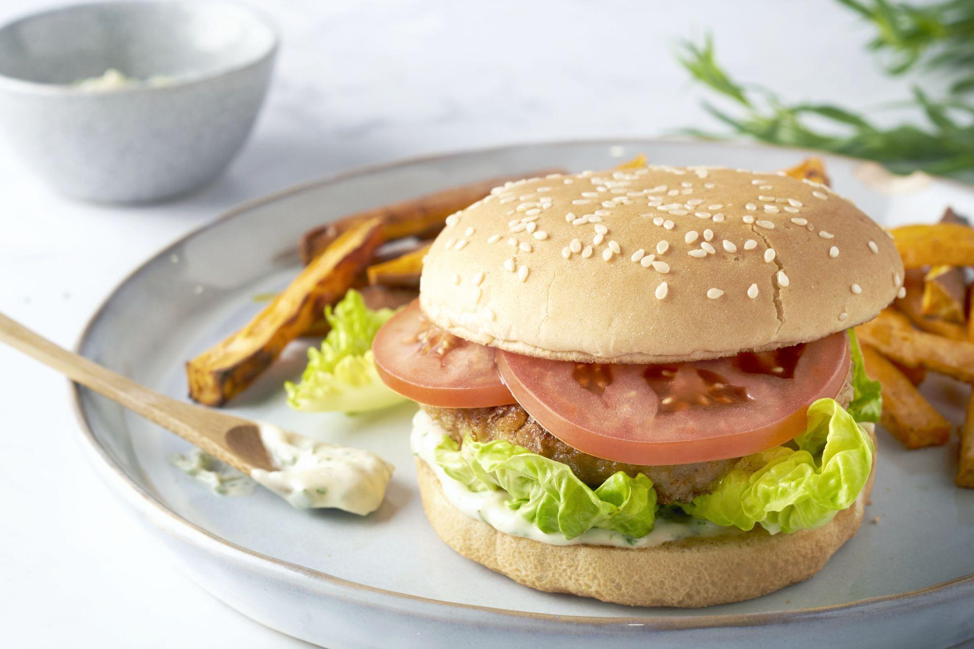 Krokante kipburger met zoete aardappelfrieten en dragonmayonaise