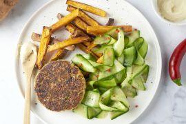 Foto van Quinoa-broccoliburger met gemarineerde komkommer en zoete aardappelfrietjes