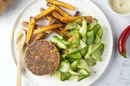 Quinoa-broccoliburger met gemarineerde komkommer en zoete aardappelfrietjes