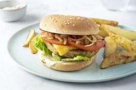 Foto van Veggie cheeseburger met aardappelwedges