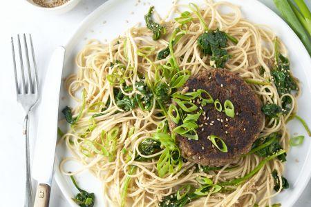 Noedels met spinazie en quinoa-portobello burgers