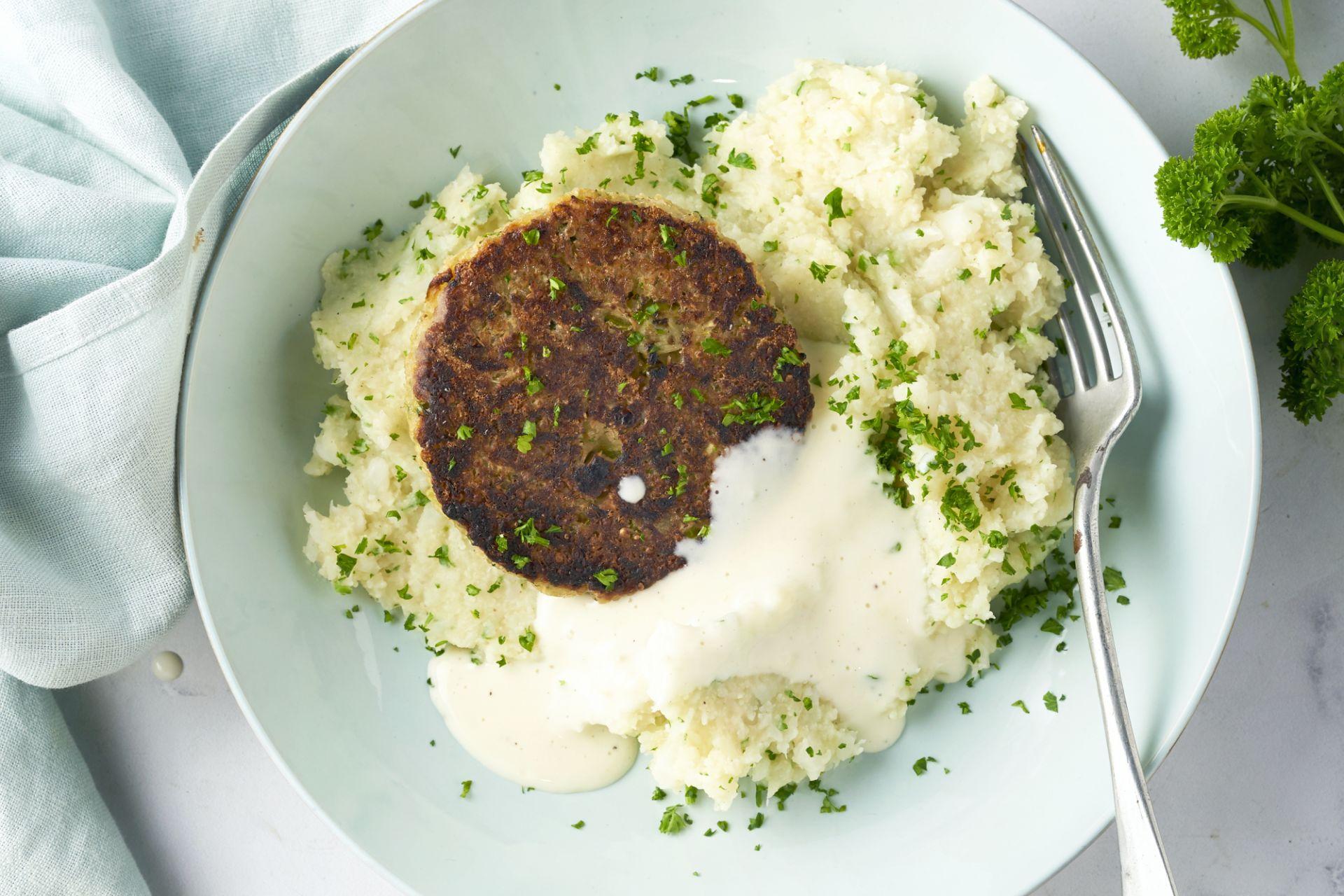 Bloemkoolpuree met vegan groenteburger en kaassaus