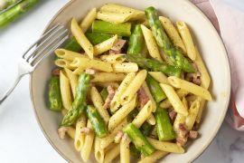 Foto van Penne carbonara met spekjes en groene asperges