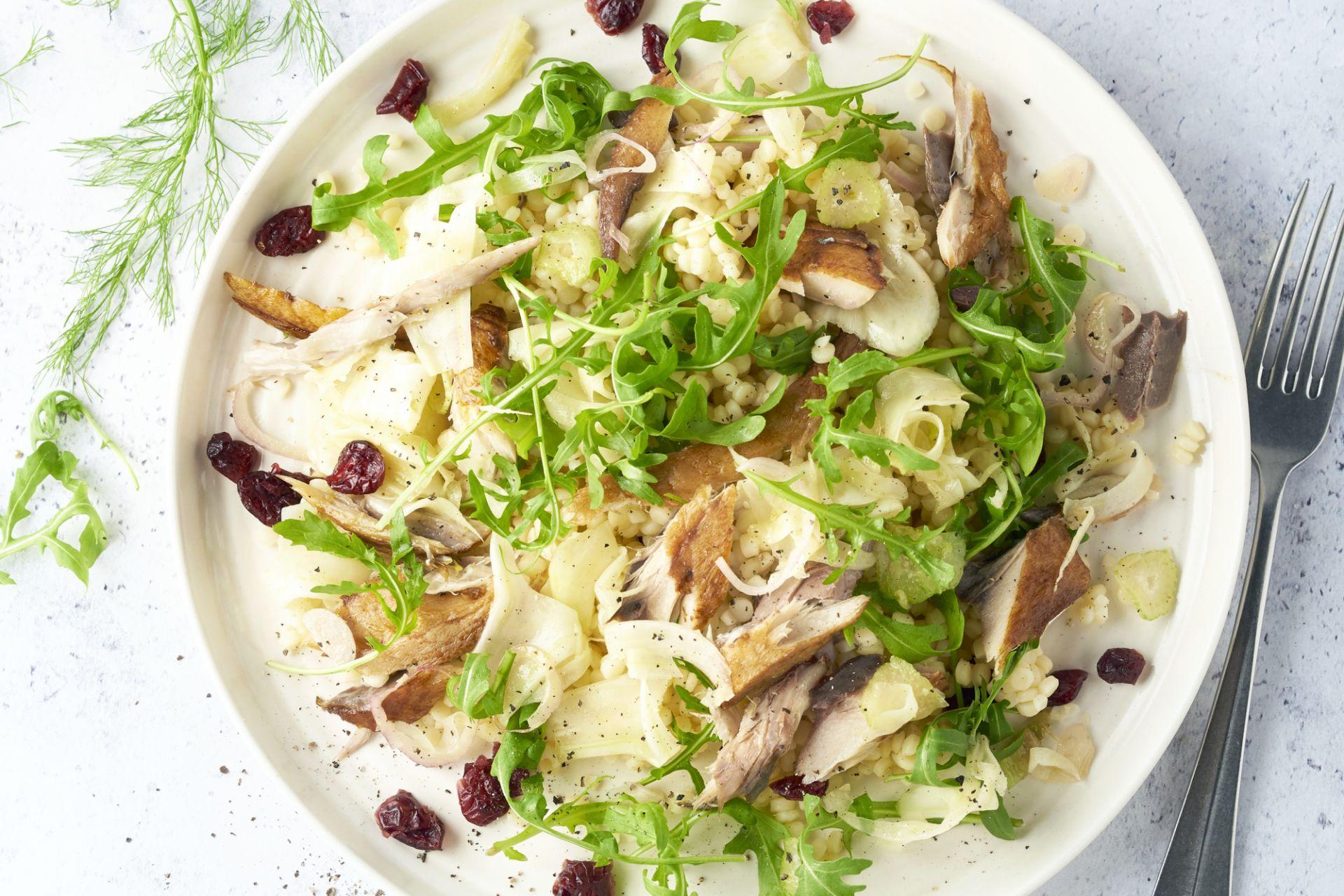 Salade van fregola sarda, gerookte makreel en gemarineerde venkel