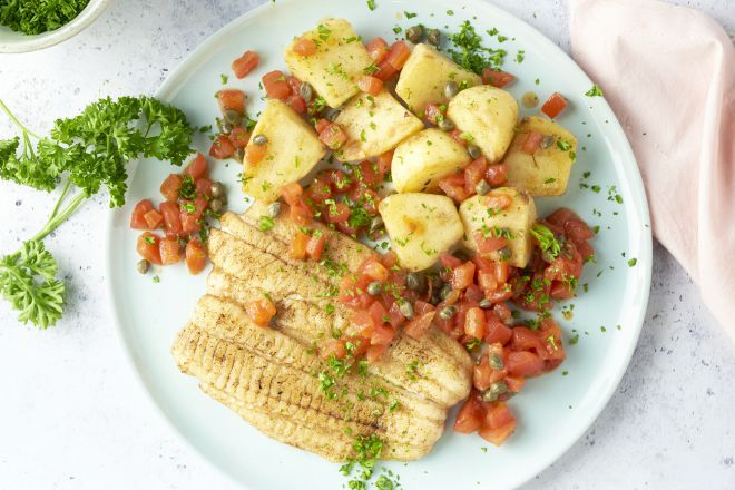 Tongschar met tomaat-kappertjesvinaigrette en gebakken aardappelen
