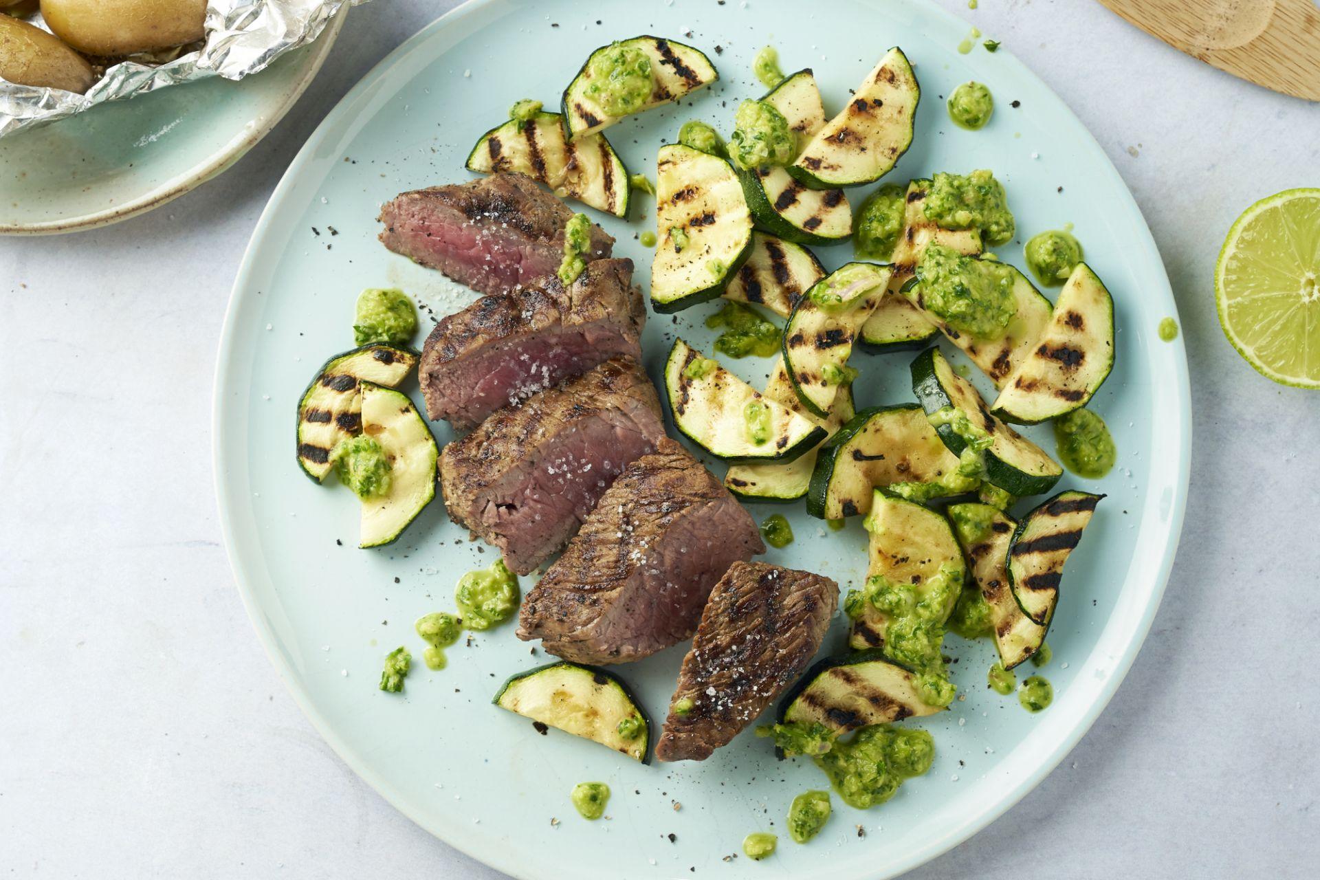Steak chimichurri met krieltjes en gegrilde courgette