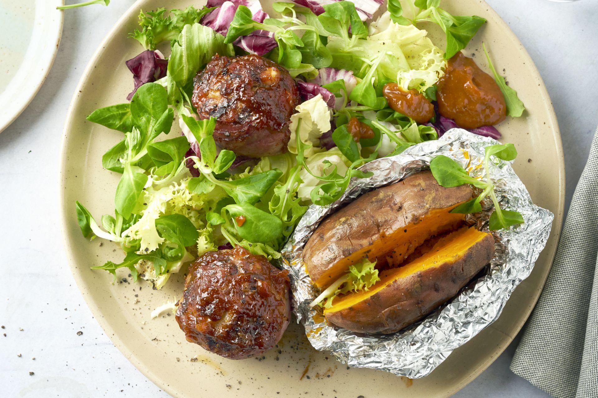 Moink balls met gepofte zoete aardappel en salade
