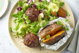 Foto van Moink balls met gepofte zoete aardappel en salade