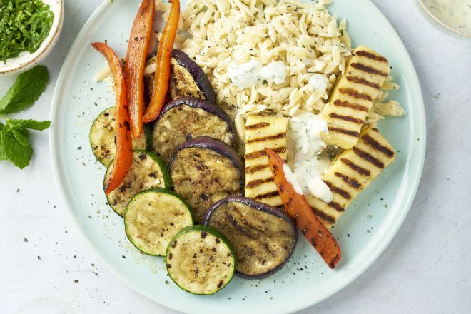 Grillkaas en groenten op de barbecue