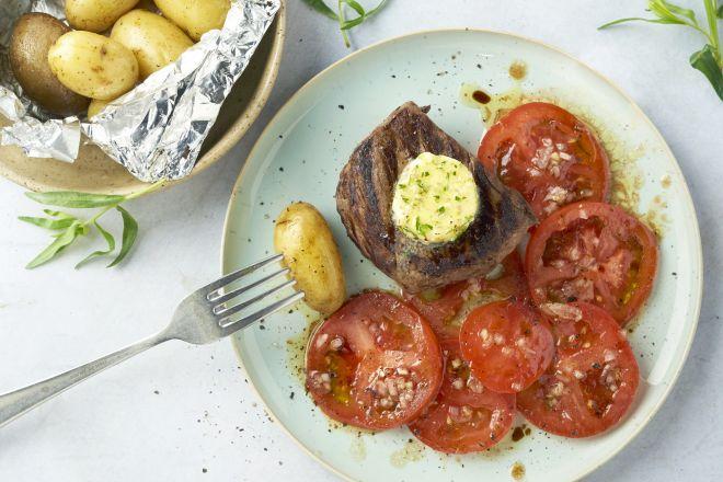 Steak met dragon-lookboter, tomatensalade en krieltjes