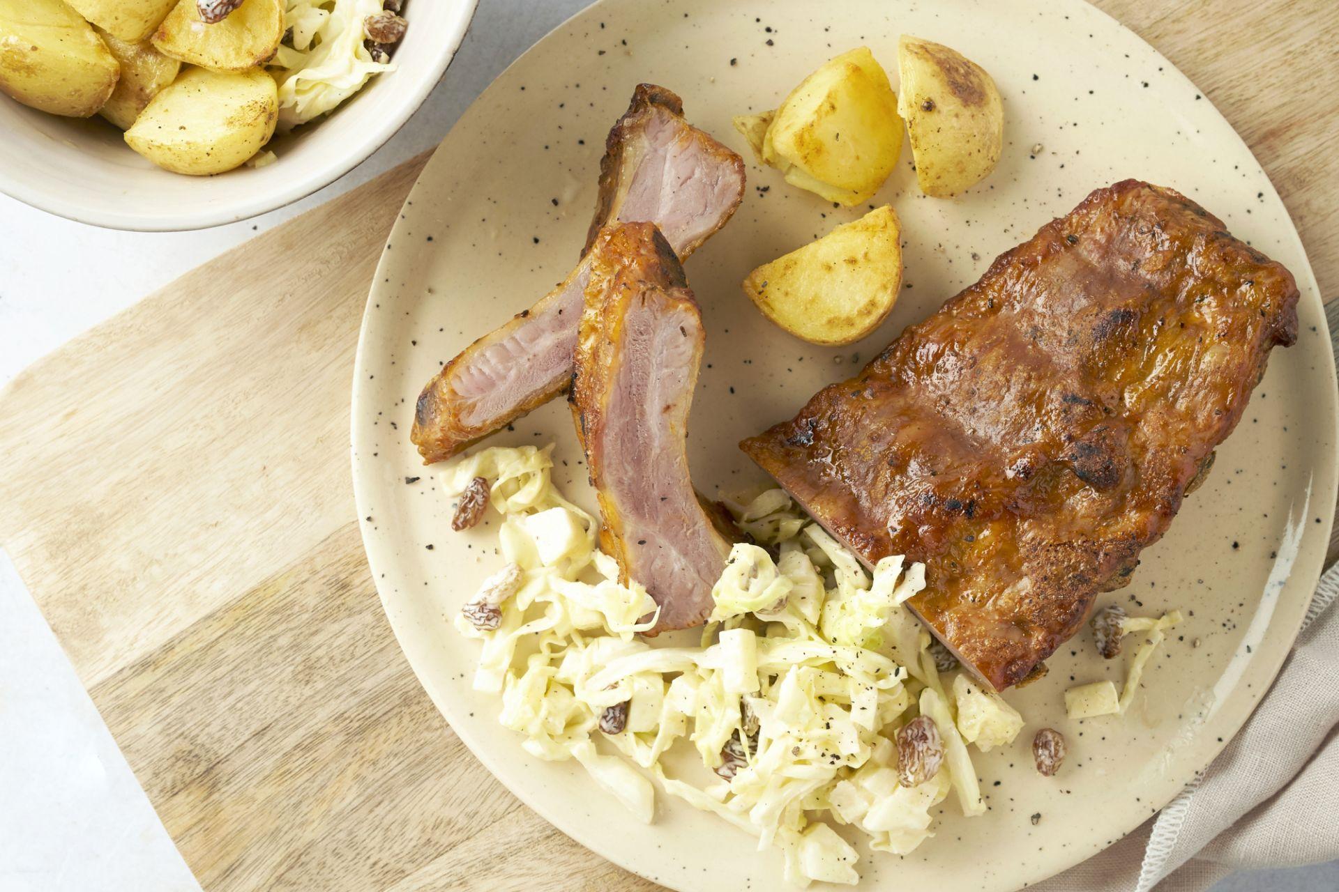 BBQ ribbetjes met coleslaw en gebakken aardappelen