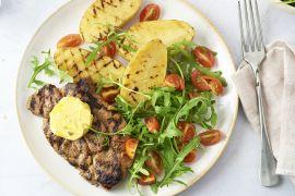 Foto van Gemarineerde spieringlapjes met picklesboter, gegrilde aardappelen en salade