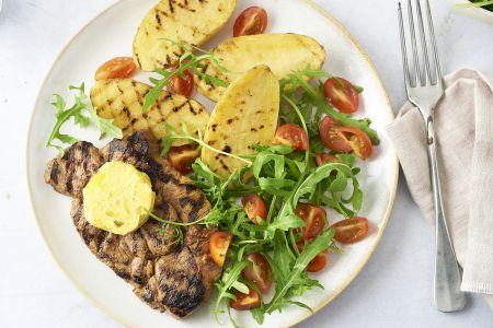 Gemarineerde spieringlapjes met picklesboter, gegrilde aardappelen en salade