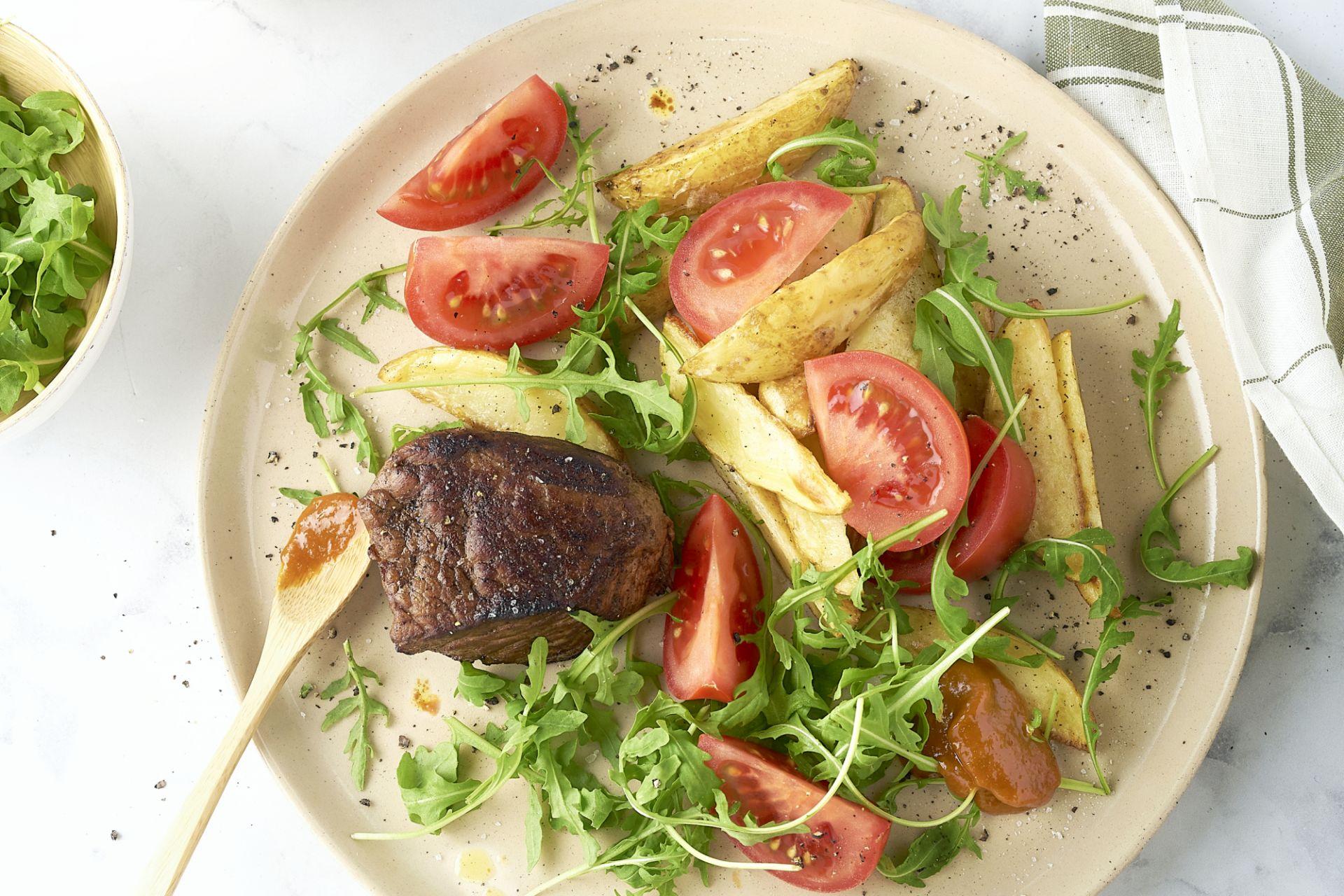 Steak met barbecuesaus, ovenfrietjes en salade