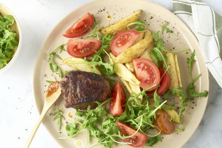 Steak met barbecuesaus, ovenfrietjes en salade