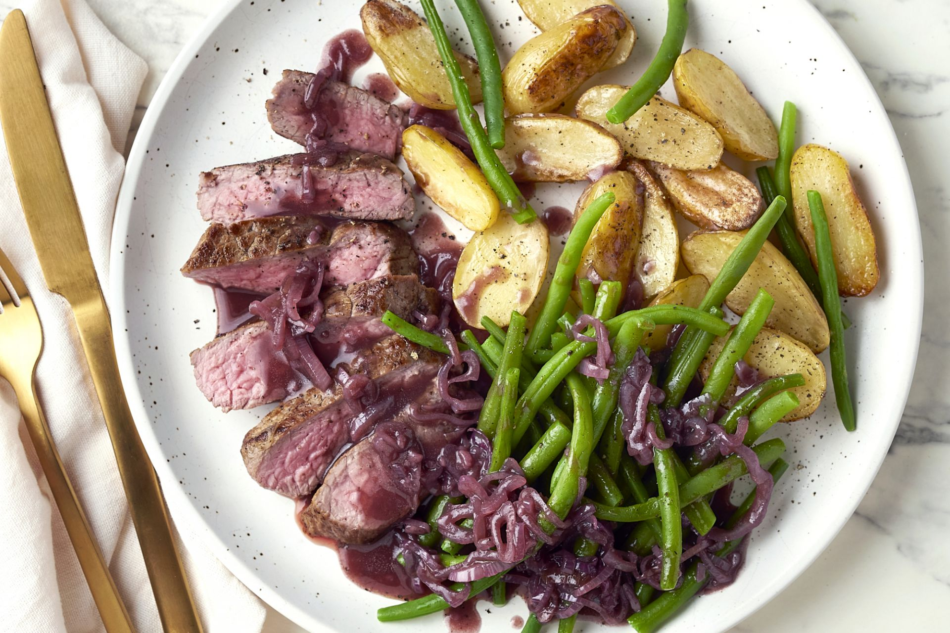 Steak met boontjes, sjalotten-balsamicosaus en geroosterde krieltjes